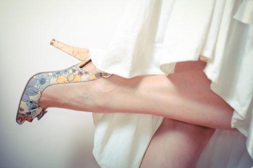 パンプスを履いた足